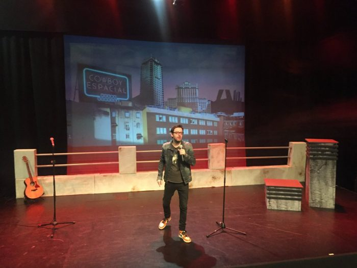 En el escenario de los Teatros Luchana de Madrid, DAVID NAVARRO con su Cowboy Espacial.